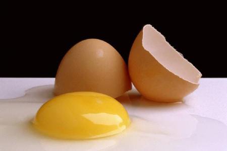 صورة تفسير حلم تكسير البيض , معنى تحطيم البيض في المنام