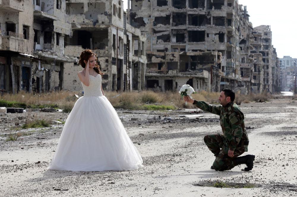بالصور صور عسكري مع حبيبته , جندي مع خطيبته 1001 2