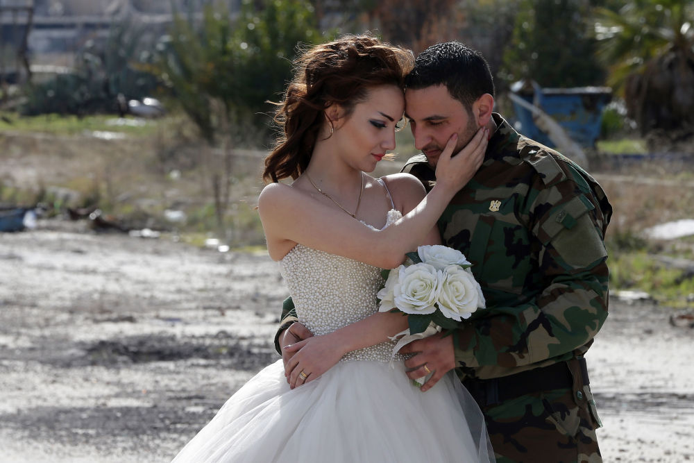 بالصور صور عسكري مع حبيبته , جندي مع خطيبته 1001 3