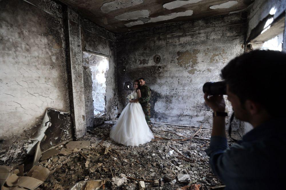 بالصور صور عسكري مع حبيبته , جندي مع خطيبته 1001 7