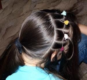 بالصور تسريحات شعر بسيطة بالخطوات والصور للاطفال , دلعى بنوتك بالضفاير و الفيونكات 1431 4