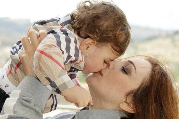 بالصور صور ام وابنها , الامومة و الحب و الحنان المطلق 2269 3