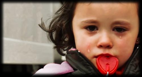 بالصور صور اطفال حزينه , ليه الحزن يرسم بريشتة على الوش الصغير 2685 8