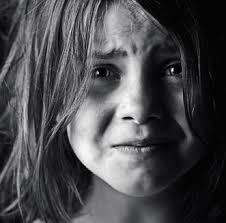 بالصور صور اطفال حزينه , ليه الحزن يرسم بريشتة على الوش الصغير 2685 9