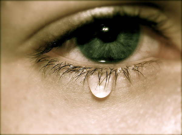 صوره صور دموع حزينه , اة من النواح و الاهات انكسر معهم قلبي